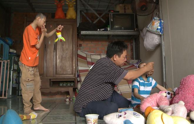 Khóc rưng rưng khi xem cha đơn thân bán kẹo nuôi 2 con teo não kể chuyện đời - Ảnh 2