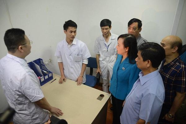 """Bộ trưởng Y tế thị sát: Hàng loạt phòng khám bị """"trảm"""" - Ảnh 1"""