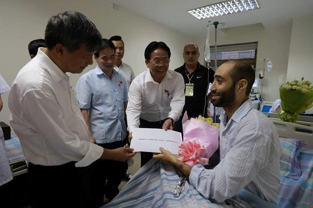 Bố thầy giáo bị ung thư máu khóc cảm ơn dân Việt Nam đã ủng hộ con ông hơn 1 tỷ đồng chữa bệnh - Ảnh 1