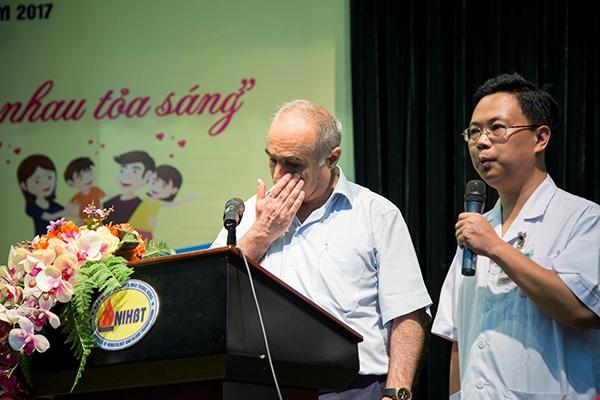 Bố thầy giáo bị ung thư máu khóc cảm ơn dân Việt Nam đã ủng hộ con ông hơn 1 tỷ đồng chữa bệnh - Ảnh 2