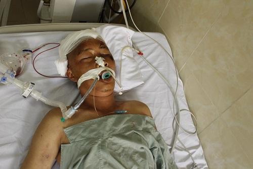 Tìm thân nhân người đàn ông gục bất tỉnh tại đường Phạm Văn Đồng - Ảnh 1