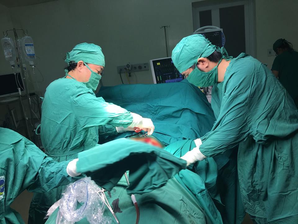 Cứu sống bệnh nhân bị thủng ruột với gần 2 lít máu trong ổ bụng - Ảnh 1