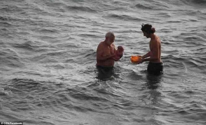 Bà mẹ đẻ con ngay khi đang bơi trên biển - Ảnh 1