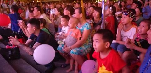 Những đứa trẻ ung thư mang cả cột truyền thuốc đi xem Trung thu - Ảnh 1