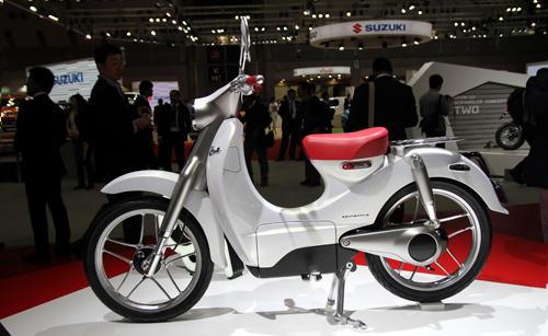 Honda giới thiệu mẫu xe scooter chạy điện  - Ảnh 1