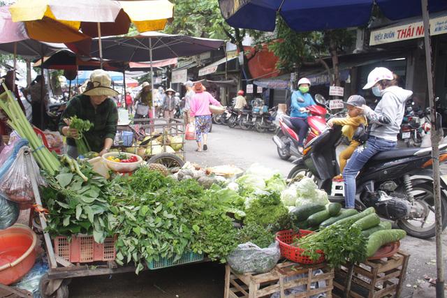 Mưa lũ kéo dài, rau xanh ở miền Trung khan hiếm, tăng gấp đôi - Ảnh 1