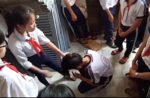 Buộc thôi học 2 nữ sinh đánh bạn ở Kiên Giang - Ảnh 1