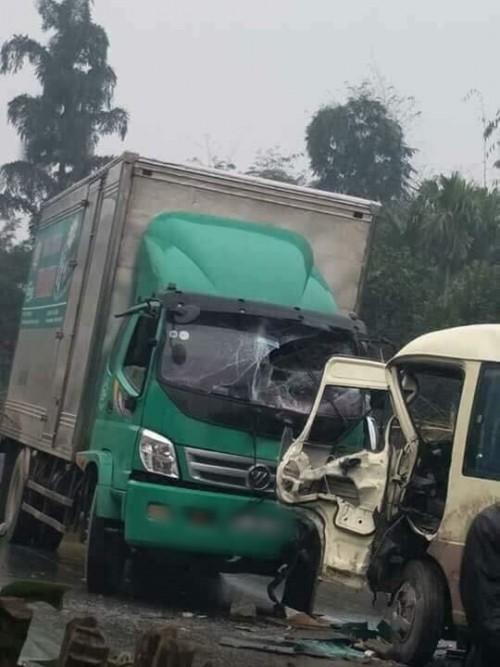 Ô tô tải đấu đầu xe khách, nhiều người bị thương - Ảnh 1