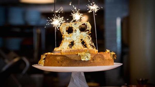 Cận cảnh chiếc bánh phô mai đắt nhất thế giới có giá 113 triệu đồng - Ảnh 1