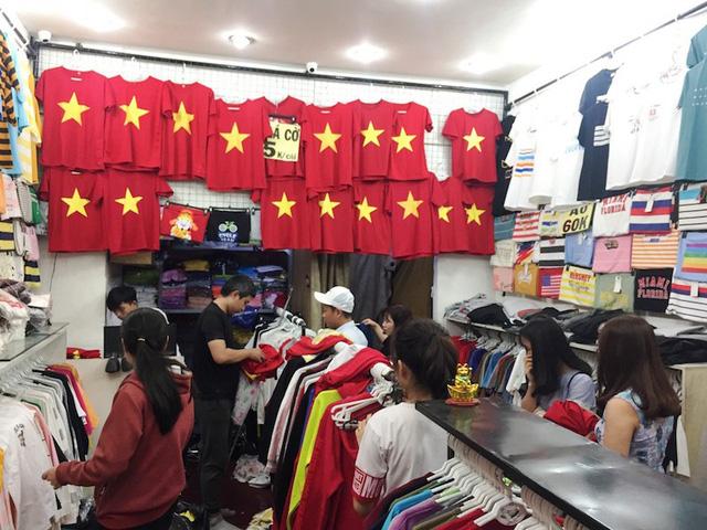 Người hâm mộ đổ xô mua đồ cổ vũ U23 vào chung kết  - Ảnh 3