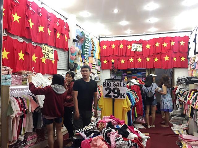 Người hâm mộ đổ xô mua đồ cổ vũ U23 vào chung kết  - Ảnh 4