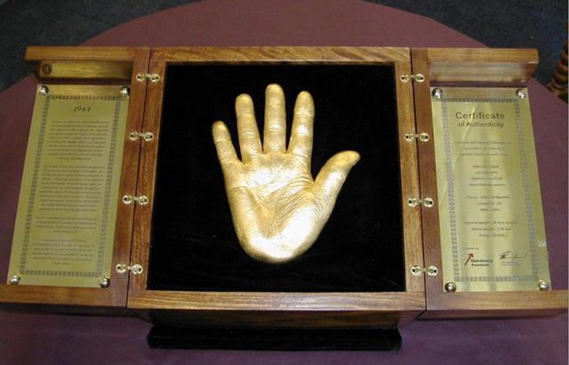 Rao bán tượng bàn tay bằng vàng có giá 13 triệu USD - Ảnh 1