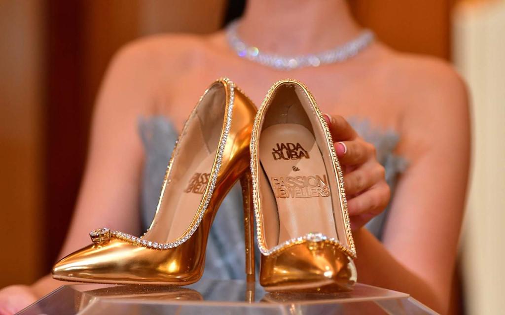 Đôi giày đính gần 240 viên kim cương khiến mọi cô gái rung động - Ảnh 1