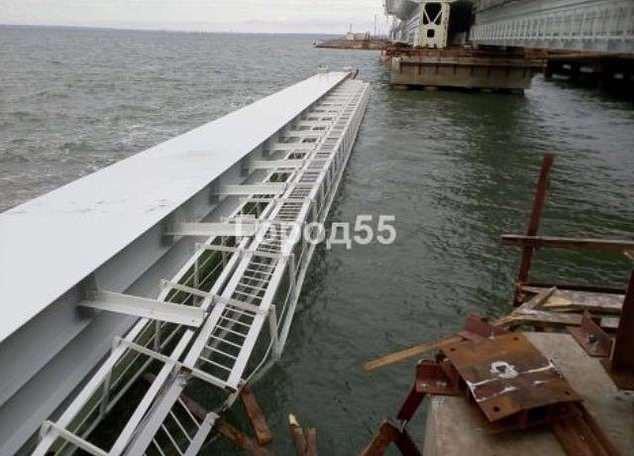 Cây cầu nối Nga với bán đảo Crimea gặp sự cố: Một phần đường sắt rơi xuống biển - Ảnh 1