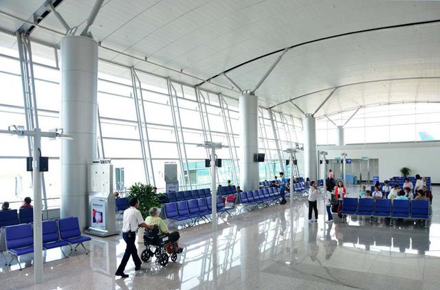 Nhân viên sân bay cầm túi nữ trang của hành khách để quên... đi cầm đồ  - Ảnh 1