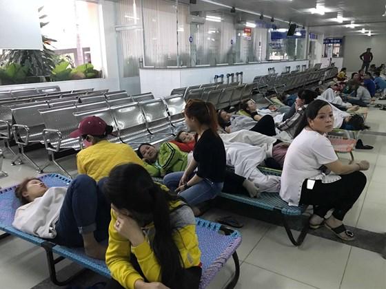 Hàng trăm công nhân ở Bình Dương nhập viện sau bữa ăn trưa - Ảnh 1