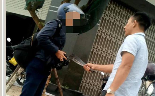Lái xe cầm dao dọa giết phóng viên khi đang tác nghiệp - Ảnh 1