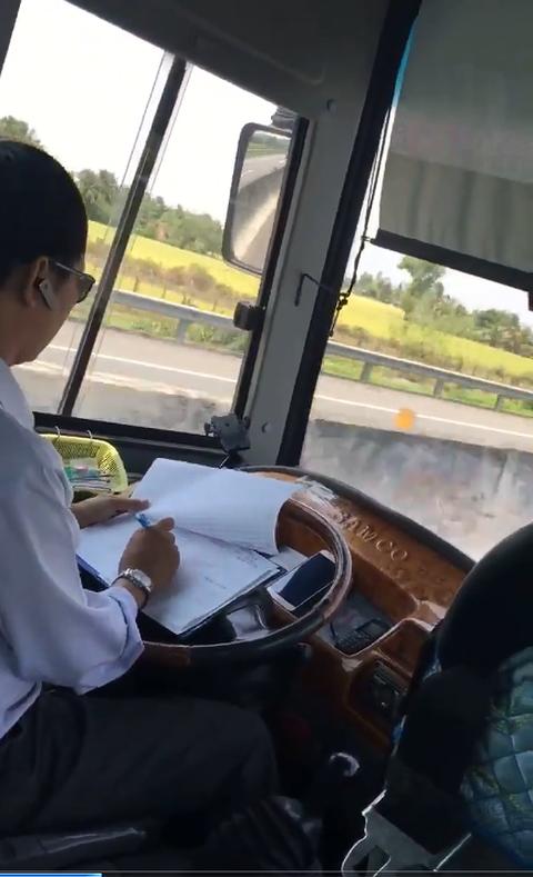 Tiền Giang: Đình chỉ tài xế vừa điều khiển ô tô vừa ghi chép   - Ảnh 1