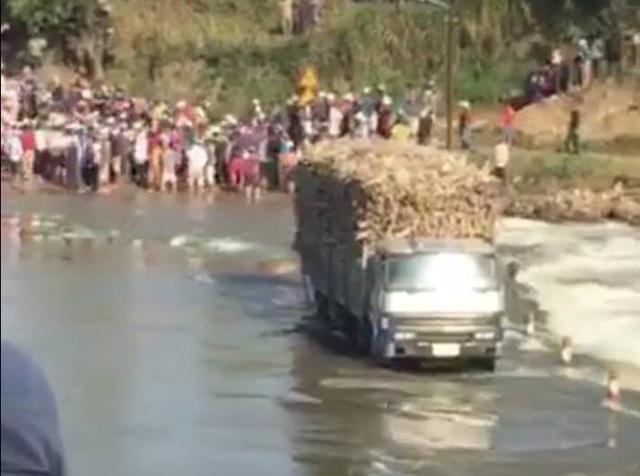 Nỗ lực cứu xe mía giữa dòng nước lũ, một chiến sĩ công an hi sinh - Ảnh 1