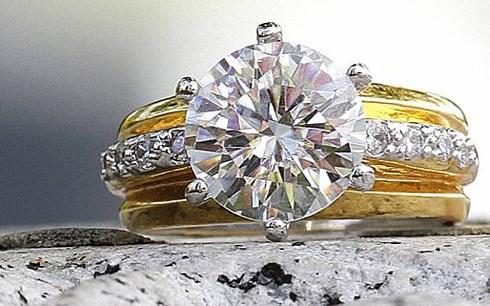 May mắn tìm thấy nhẫn kim cương trị giá 2,5 tỷ đồng trong bãi rác - Ảnh 1