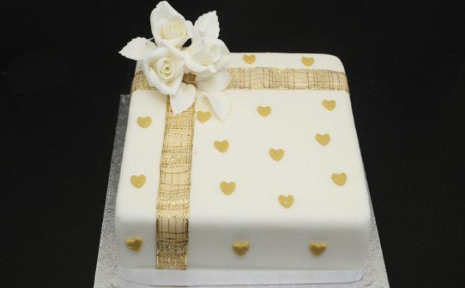 Choáng váng với chiếc bánh sinh nhật dát vàng sang chảnh - Ảnh 1