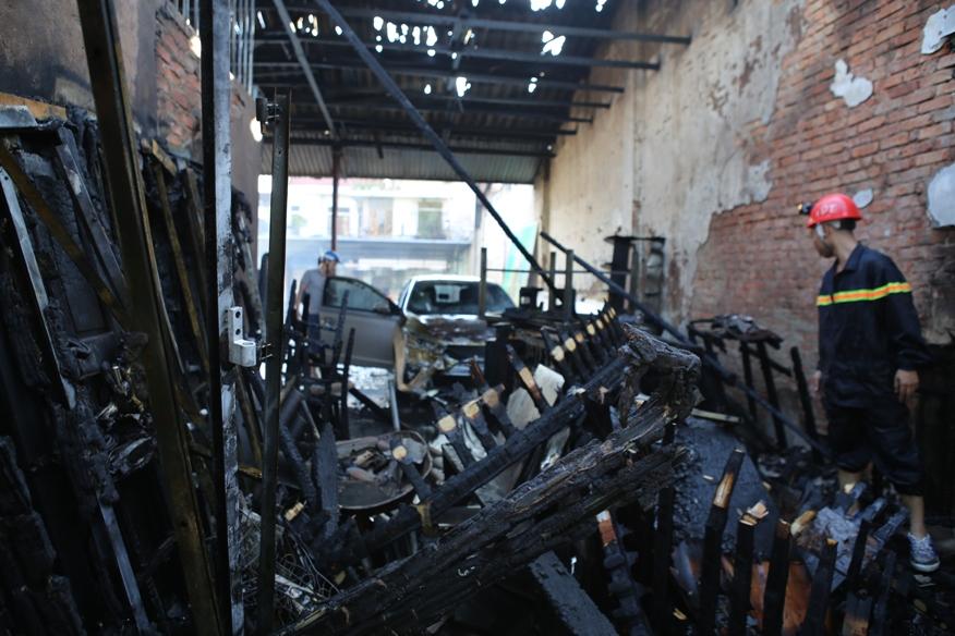 Cháy lớn ở TP. Vinh, chiếc ô tô và 3 ki ốt bị thiêu trụi - Ảnh 1