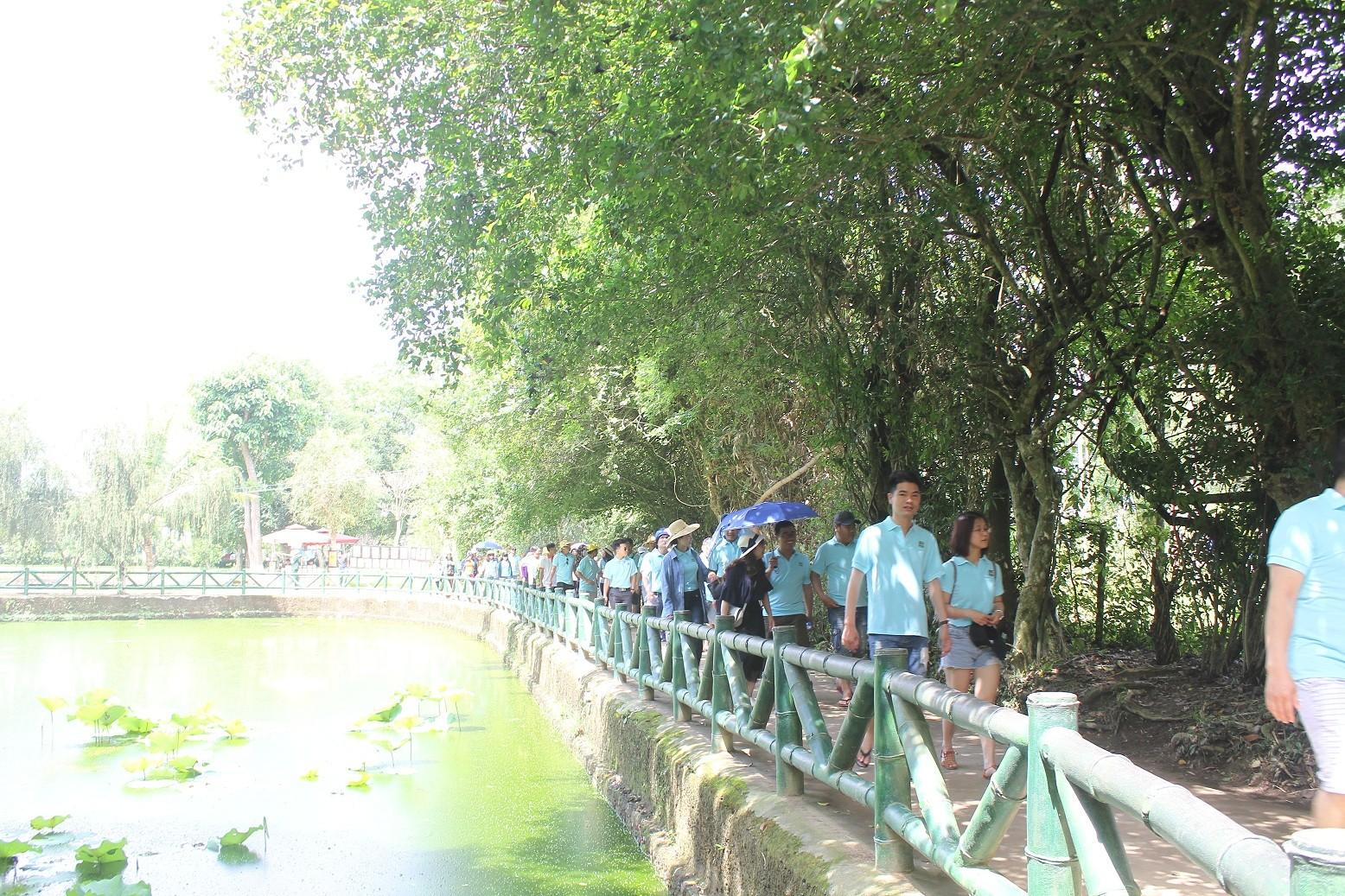 Dòng người đội nắng về Làng Sen kỷ niệm ngày sinh Bác Hồ - Ảnh 1