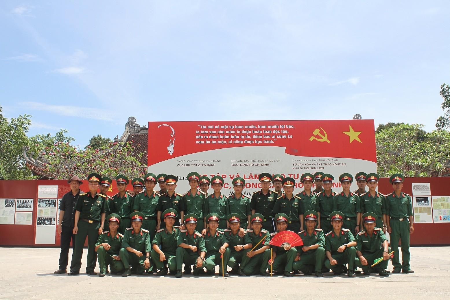 Dòng người đội nắng về Làng Sen kỷ niệm ngày sinh Bác Hồ - Ảnh 7