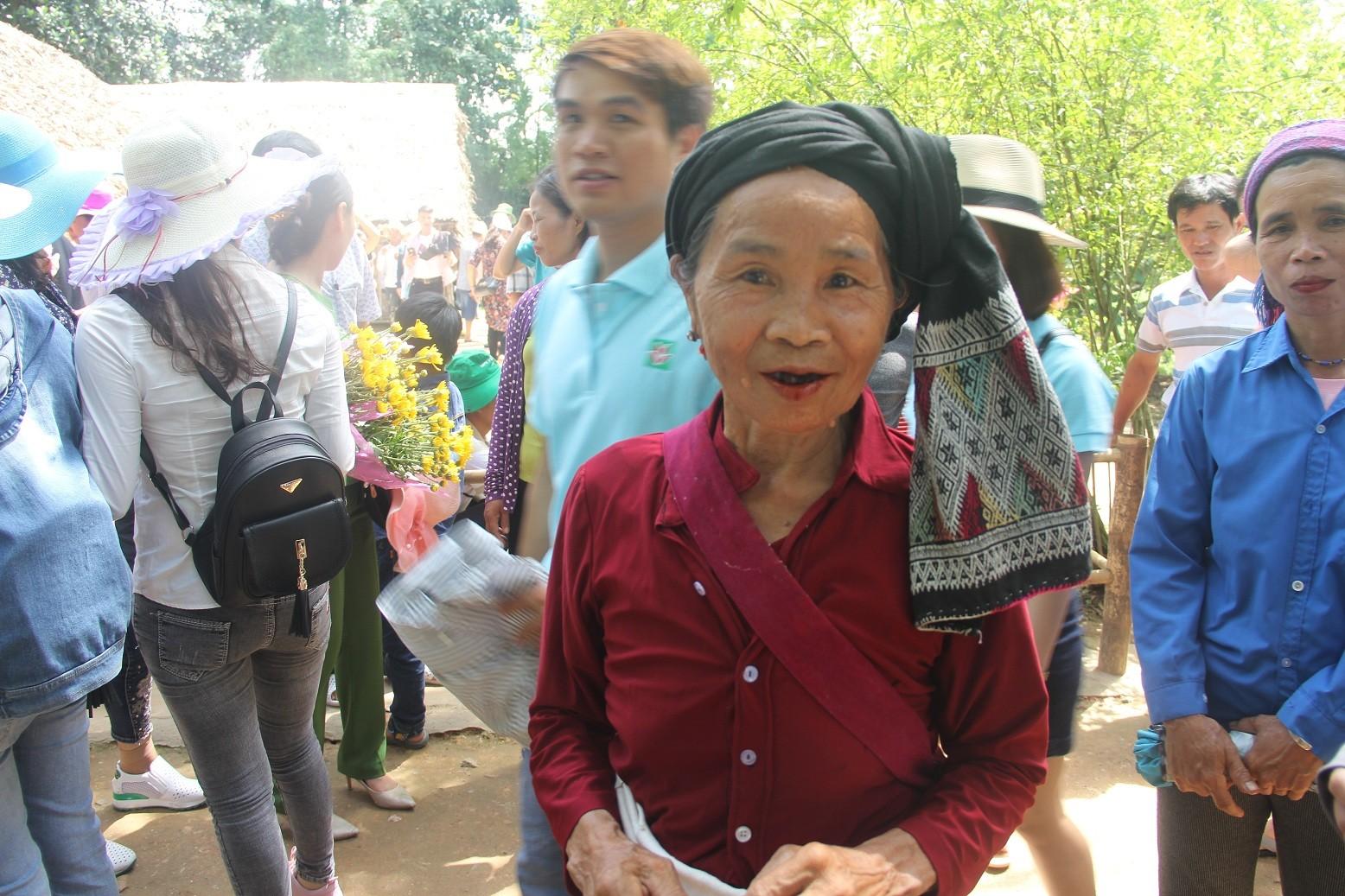 Dòng người đội nắng về Làng Sen kỷ niệm ngày sinh Bác Hồ - Ảnh 8