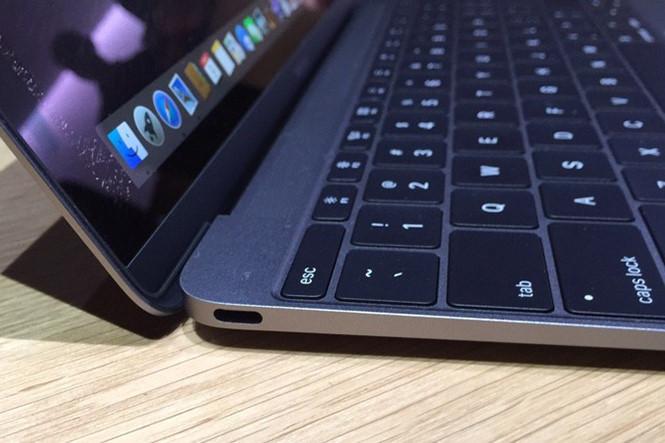 Người dùng yêu cầu Apple thu hồi MacBook Pro vì gặp lỗi bàn phím - Ảnh 1