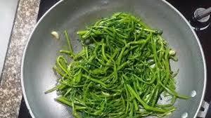 Cách làm rau muống xào tỏi giòn ngon xanh mướt, ăn là mê - Ảnh 4