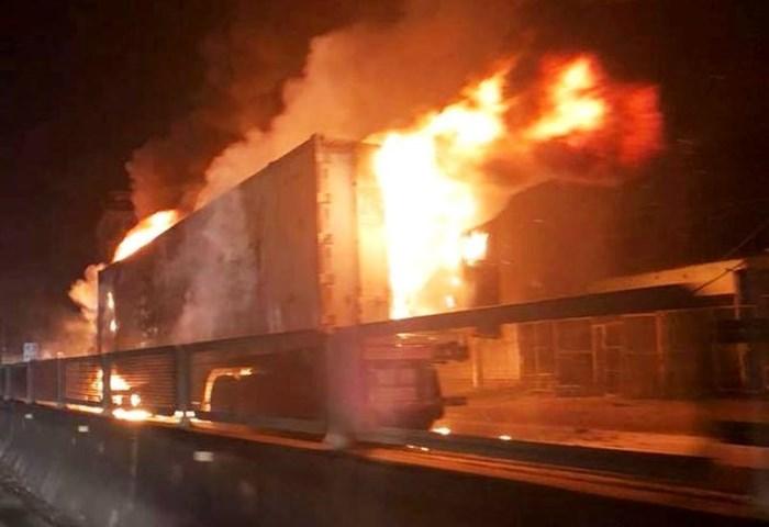 Hiện trường vụ xe container bốc cháy dữ dội trên quốc lộ 1   - Ảnh 1