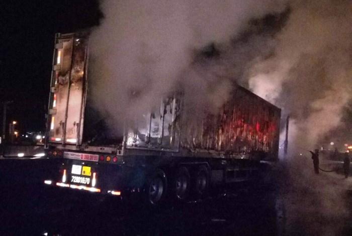 Hiện trường vụ xe container bốc cháy dữ dội trên quốc lộ 1   - Ảnh 2