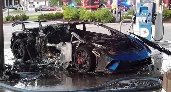 Siêu xe Lamborghini bị thiêu rụi vì lý do lãng xẹt  - Ảnh 2