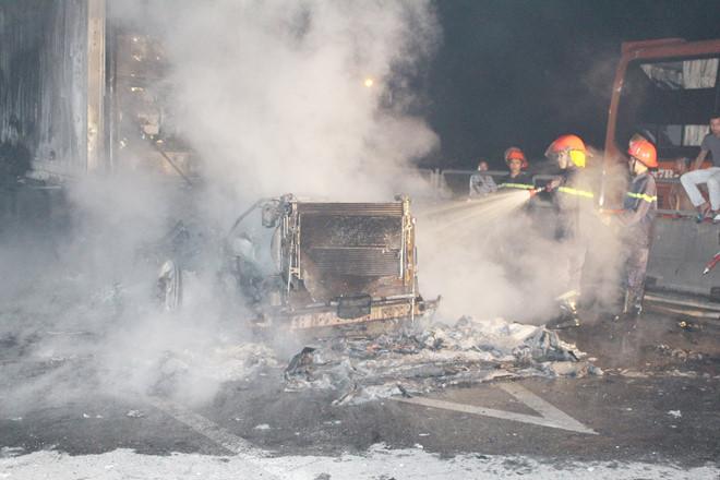 Hiện trường vụ xe container bốc cháy dữ dội trên quốc lộ 1   - Ảnh 5