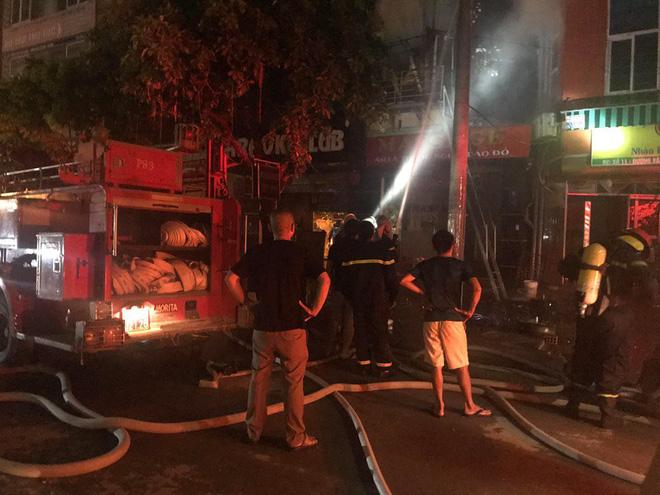 Quán massage 5 tầng ở Hà Nội bốc cháy ngùn ngụt trong đêm  - Ảnh 3