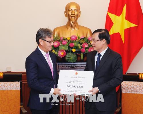 Trao 200.000 USD hỗ trợ nhân dân Lào khắc phục sự cố vỡ đập thủy điện - Ảnh 1