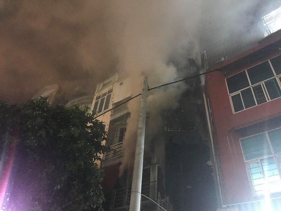 Quán massage 5 tầng ở Hà Nội bốc cháy ngùn ngụt trong đêm  - Ảnh 2