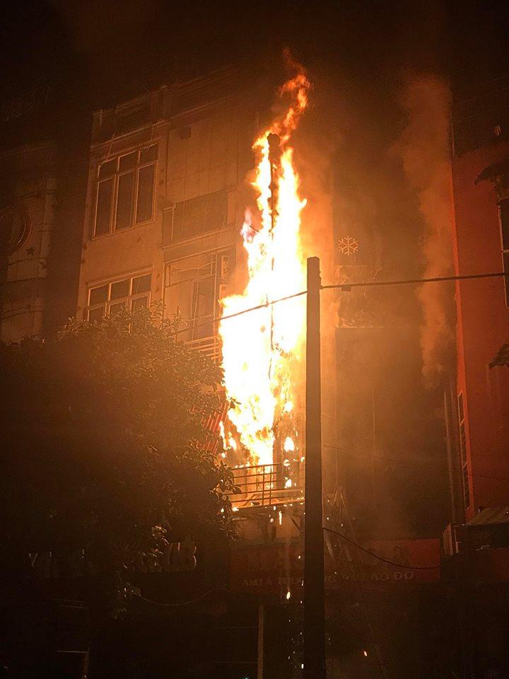Quán massage 5 tầng ở Hà Nội bốc cháy ngùn ngụt trong đêm  - Ảnh 1