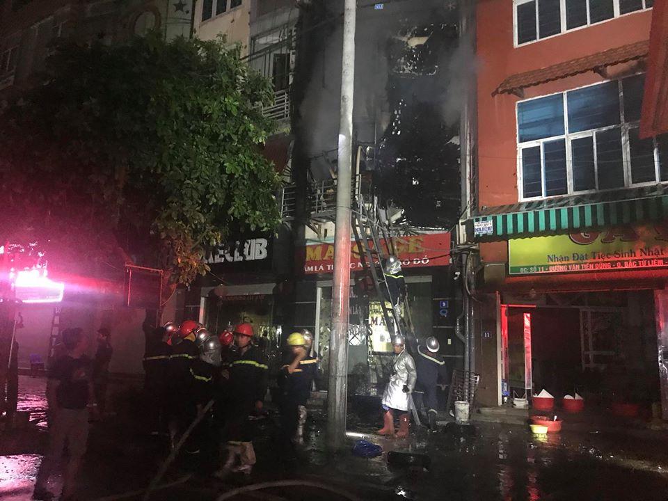 Quán massage 5 tầng ở Hà Nội bốc cháy ngùn ngụt trong đêm  - Ảnh 4