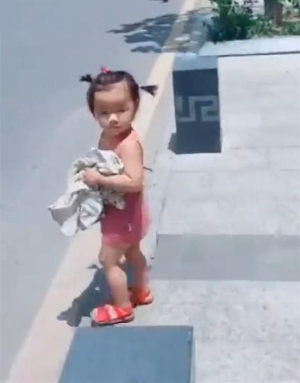 Video: Bố đi công tác, con gái rượu ôm quần áo lẽo đẽo chạy theo  - Ảnh 1