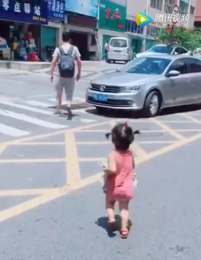 Video: Bố đi công tác, con gái rượu ôm quần áo lẽo đẽo chạy theo  - Ảnh 2