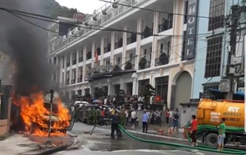 Sa Pa: Dùng xe hút bể phốt dập lửa cứu chiếc ô tô khách bốc cháy ngùn ngụt - Ảnh 1
