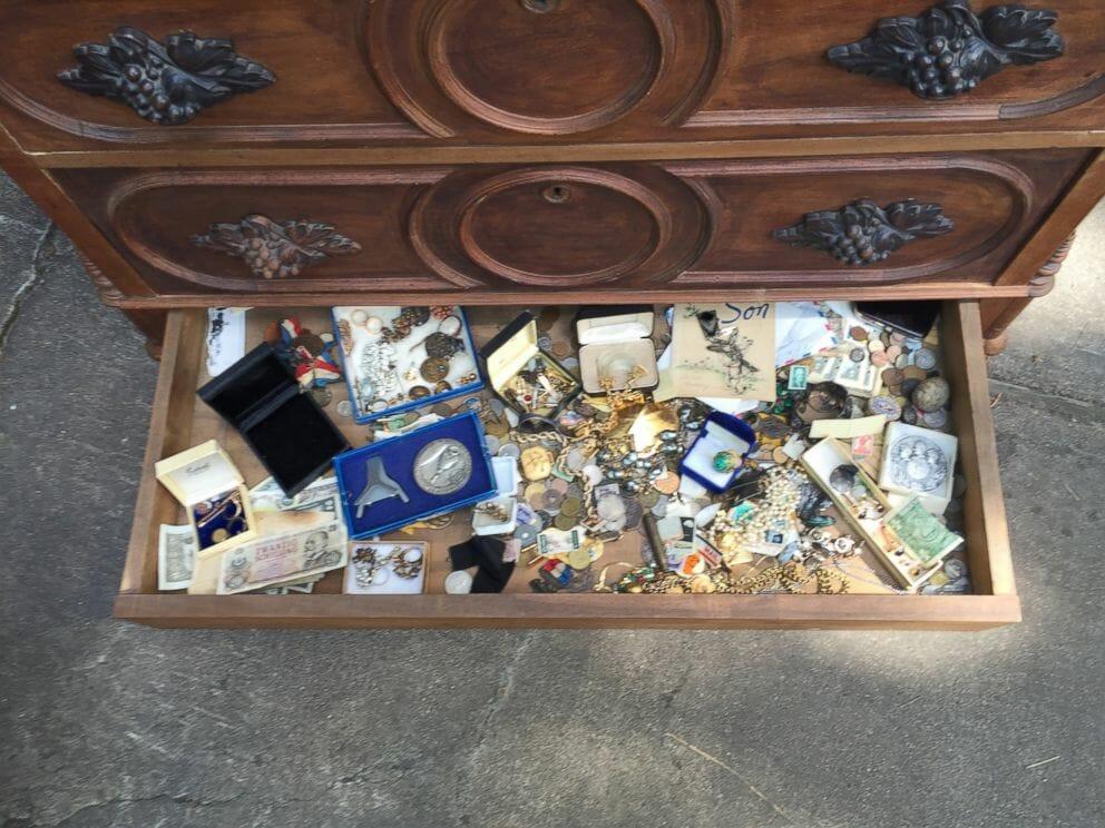 Thu mua tủ cũ bất ngờ phát hiện kho báu bên trong - Ảnh 2
