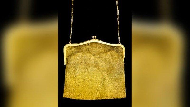 Ngỡ ngàng khi nhặt được túi xách cũ bằng vàng trong nhà kho  - Ảnh 1