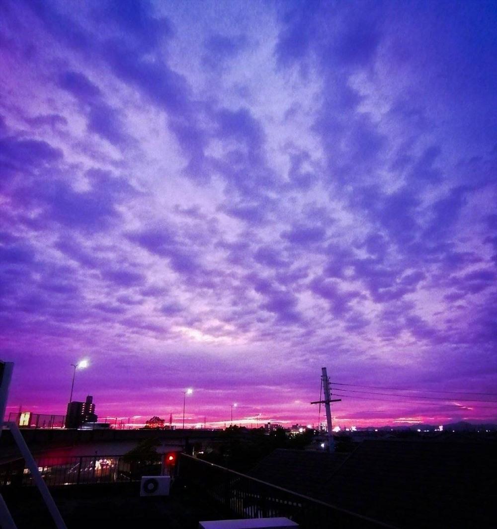 Cận cảnh bầu trời Nhật Bản đổi màu tím kỳ lạ trước khi siêu bão Hagibis đổ bộ - Ảnh 4