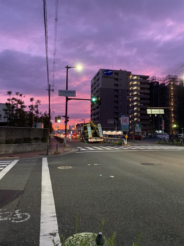 Cận cảnh bầu trời Nhật Bản đổi màu tím kỳ lạ trước khi siêu bão Hagibis đổ bộ - Ảnh 2