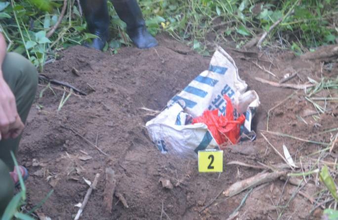 Người dân tá hoả phá hiện thi thể bé trai sơ sinh bị bỏ rơi ngoài bãi rác - Ảnh 1