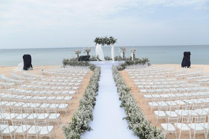 Cận cảnh tiệc cưới đẹp như mơ trên bãi biển của Đông Nhi và Ông Cao Thắng - Ảnh 1