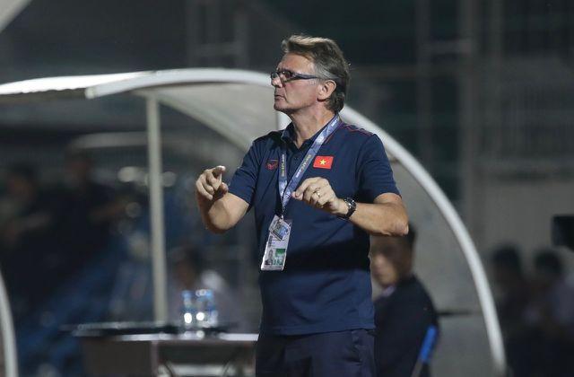HLV Philippe Troussier thất vọng sau chiến thắng nhọc nhằn của U19 Việt Nam  - Ảnh 1